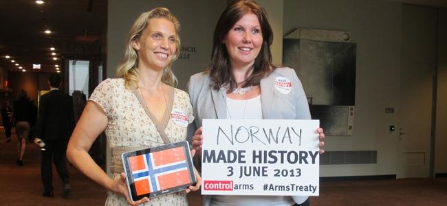 Borghild-og-Gry-Larsen-v-signering-av-ATT-2013.jpg#asset:6150